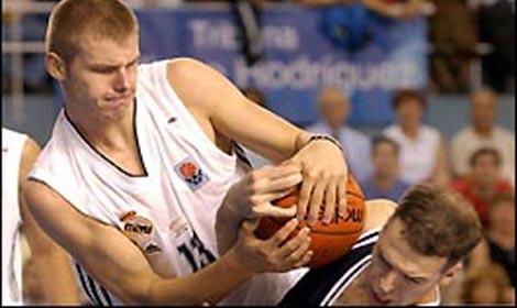 W 2003 Lampe Wyruszył Na Podbój NBA. Za Oceanem Czekali Na Niego N.Y.  Knicks. 30 Numer Draftu Nie Zagrał Jednak Anijednego Oficjalnego Spotkania  W Barwach ...