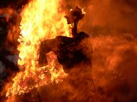 """Tłum spalił """"czarownicę"""". Makabryczne praktyki zdają się nie mieć końca"""