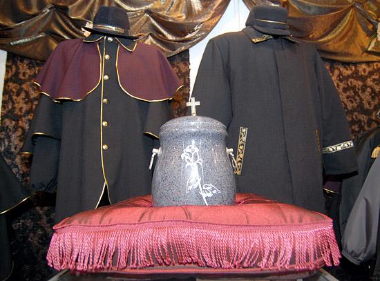 Moda nie omija r�wnie� pracownik�w dom�w pogrzebowych lub s�u�b cmentarnych. Kolor czarny wci�� pozostaje obowi�zkowy.