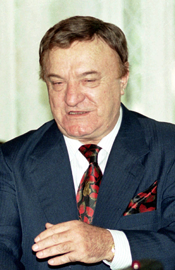 Biznesmen ��da 1,9 mln m.in. od Michnika i wiceszefa MSZ
