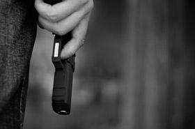 Wyciągnął broń i zażądał pieniędzy - trafił na policjanta