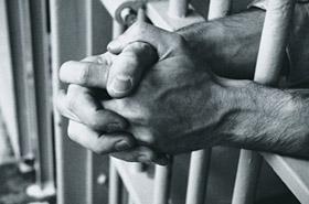 Koszmar więźnia: kazali mu nosić spódniczkę i...