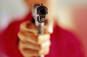 Wycelowa� w twarz przera�onej �ony i strzeli�!