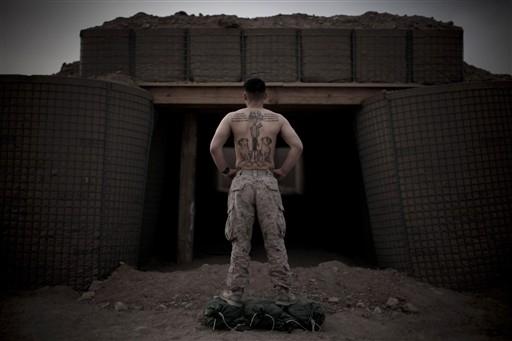 Półnadzy marines chwalą się tatuażami