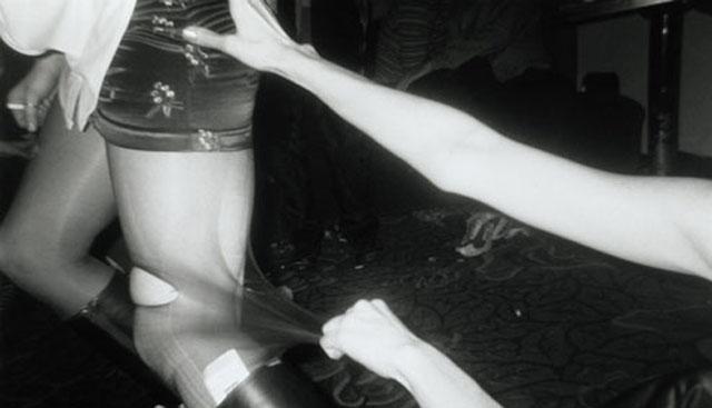 Gwa�t na parapet�wce! 19-latka ucieka�a tylko w bieli�nie