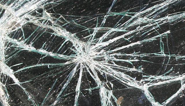 Rozp�dzona karetka zderzy�a si� z BMW - pi�� os�b rannych