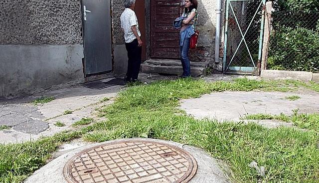"""Prokuratura nie umie zbadać szamba? """"Tam jest nasz sąsiad!"""""""