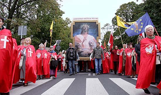 Dziesiątki krzyży przed Pałacem - zobacz zdjęcia
