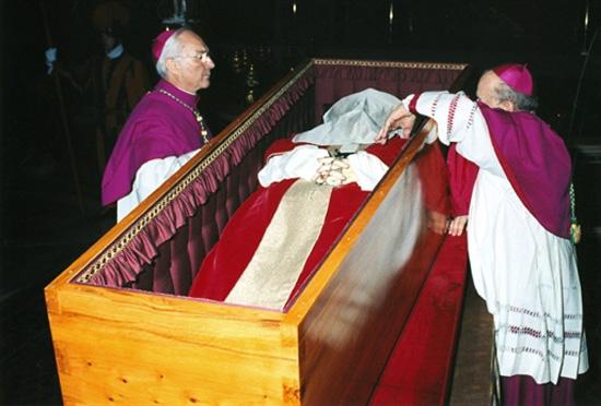 Arcybiskup Stanis�aw Dziwisz do ko�ca przy Papie�u