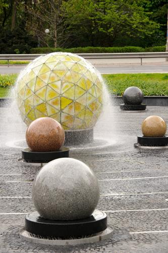 fontana z układem słonecznym
