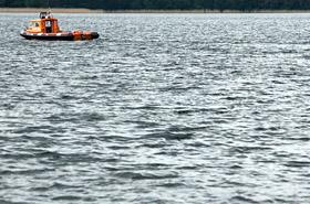 Dramat na jeziorze! Wskoczy� po czapk� i ju� nie wyp�yn��