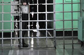 Więźniowie pili, ćpali i siedzieli w internecie - strażnik przymykał oko