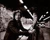 FILM IST. a girl & a gun to filmowy dramat w pięciu aktach na temat jednego z najstarszych tematów – zarówno w historii kina, jak i w historii ludzkości – konfrontacji płci. Od momentu powstania wszechświata i ziemi w wyniku współpracy i konfliktów bogów stworzenia, poprzez niewinne współbytowanie kobiet i mężczyzn w Raju, aż po powstanie pożądania, pokus, miłości, zazdrości i nienawiści pomiędzy płciami pod znakiem Erosa, do eskalacji i gwałtownej opresji wykorzystywanie płci w wojnie i pornografii odbitych w lustrze Tanatosa, skończywszy na rozwiązaniach i oświeceniach ofiarowanych przez religie i politykę – to właśnie temat tego filmu, który w pokazuje to wszystko w sekwencjach obrazów i opowieści, nadając nowe znaczenie oryginalnemu kontekstowi, z którego zostały one zaczerpnięte. Ta hipnotyzująca eksploracja kina jako pola bitwy między Tanatosem i Erosem, stworzona przez szperającego w międzynarodowych archiwach filmowych Gustava Deutscha, rozpoczyna się od maksymy D.W. Griffitha (ponownie przypomnianej przez Goddarda), że wszystko czego potrzebujesz, by stworzyć film to dziewczyna i broń. Łącząc fragmenty filmów etnograficznych, wycinki z wojennych kronik, dokumentów naukowych, wczesnej pornografii i scen z europejskich filmów z lat 30-tych, Deutsch w osobliwy sposób niszczy granice pomiędzy gatunkami, proponując widzowi rozgorączkowany celuloidowy sen – lub też koszmar.