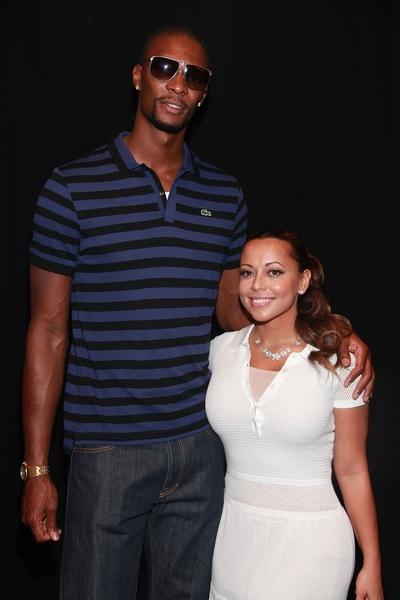 Niski facet wysoka dziewczyna
