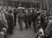 """Gubernator Hans Frank wchodzi do cerkwi greckokatolickiej w Sanoku, witany przez ochotników SS """"Galizien""""."""