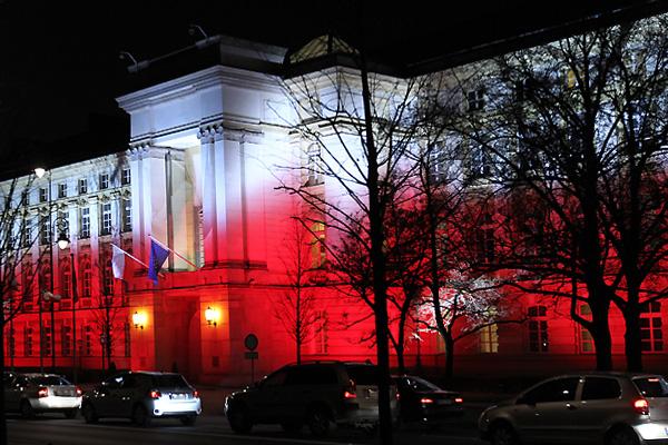 Biało-czerwona na budynkach