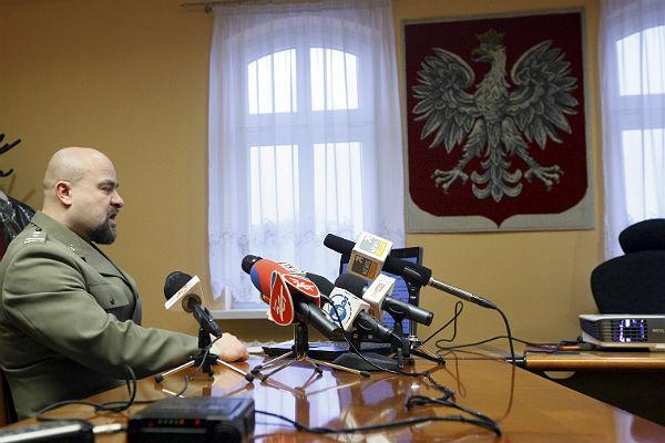 Prokurator Naczelnej Prokuratury Wojskowej p�k Miko�aj Przyby� w czasie konferencji prasowej nt sprawy biling�w dziennikarzy