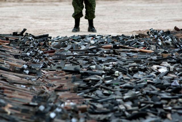 Przejechali walcem po tysiącach sztuk broni - zdjęcia