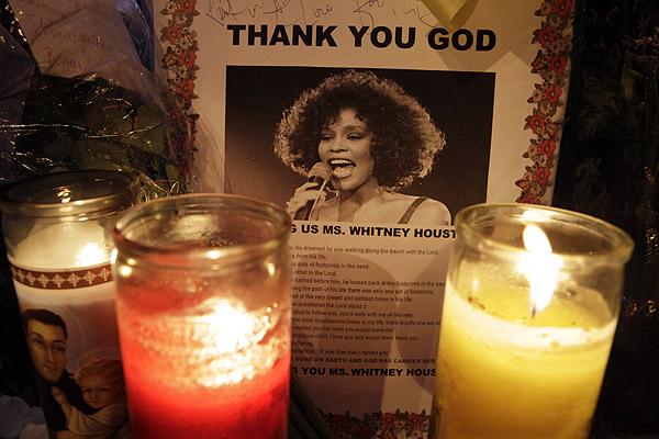 Znicze p�on� przy portrecie Whitney Houston na ulicy Newark