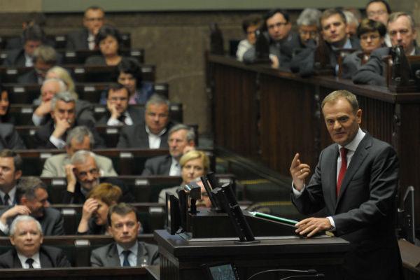 Premier Donald Tusk na m�wnicy sejmowej przed g�osowaniem nad zmianami w emeryturach mundurowych