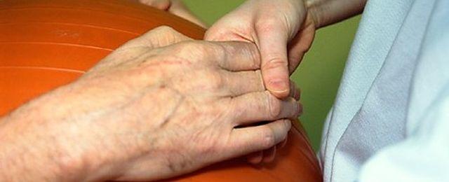 Pionierska operacja: sparaliżowany mężczyzna może znowu poruszać ręką