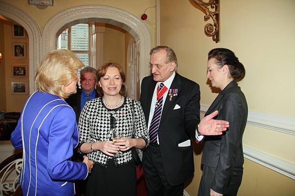 Ambasador Barbara Tuge-Erecińska (w środku) i prezes Ogniska Andrzej Morawicz (obok) w Ognisku Polskim w Londynie.