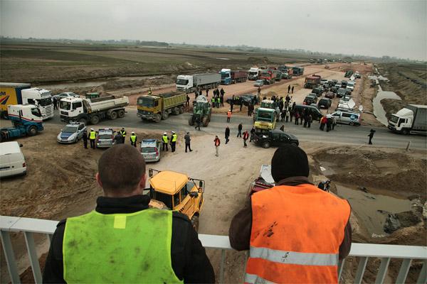 Blokada drogi krajowej nr 50 zorganizowana przez przedsi�biorc�w poszkodowanych przy budowie A2