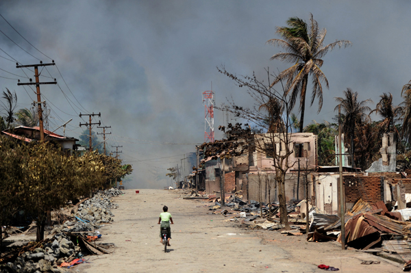 Zniszczenia po zamieszkach religijnych w Birmie