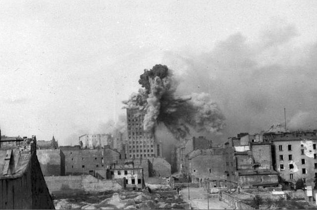 Wielki wybuch w warszawskim wie�owcu - zdj�cia