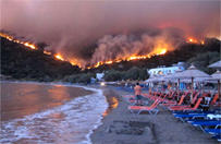 Ogie� trawi greck� wysp� Chios - tury�ci uciekaj� na pla�e