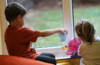 Para Brytyjczyk�w wychowywa�a dzieci w�r�d wszy i odchod�w