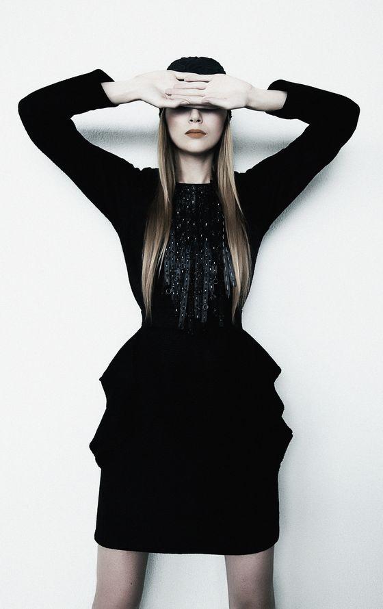 Czarna, elegancka sukienka-bombka w stylu vintage.
