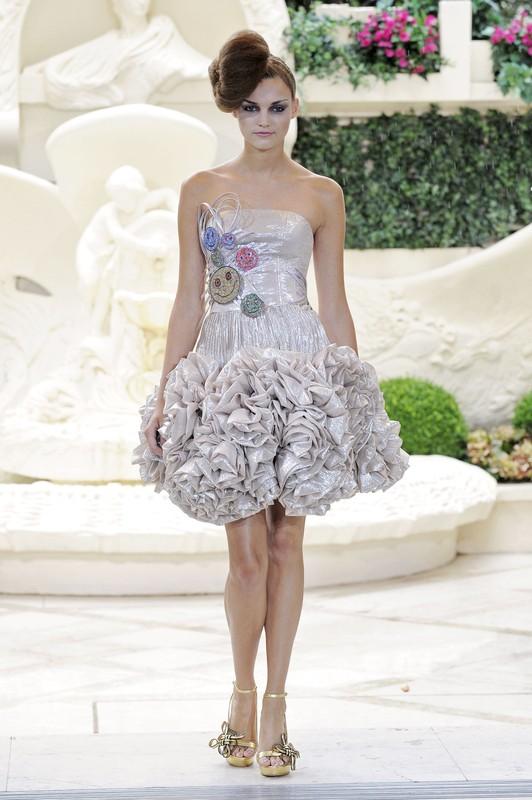 Od po�owy lat 50-tych sukienki dzienne by�y uszyte ze zwiewnych materia��w i coraz bardziej popularnych sztucznych w��kien.