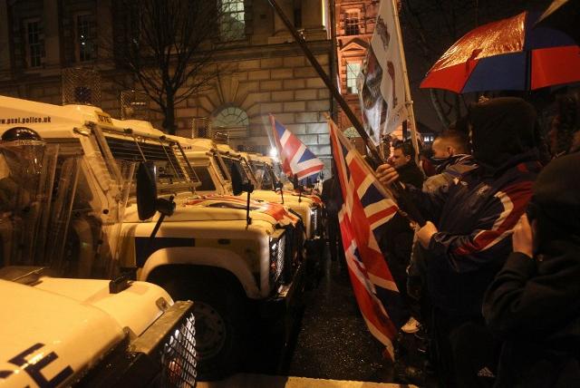 Nocne starcia z policj� przez... flag� - zobacz zdj�cia