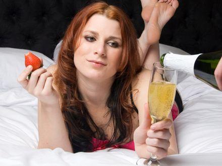 Szampan i truskawki zawsze dzia�aj�? Osiem mit�w, dotycz�cych �ycia intymnego