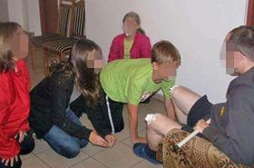 Dzieci lizały nagie kolana księdza - śledztwo umorzono