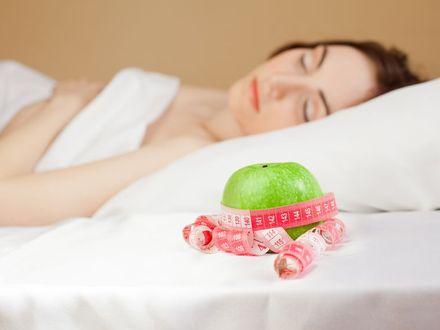 """Na czym polega """"nocna dieta"""", czyli jak schudn�� w czasie snu?"""
