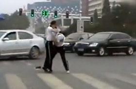 Zamiast kierować ruchem, pobiły się na środku ulicy!