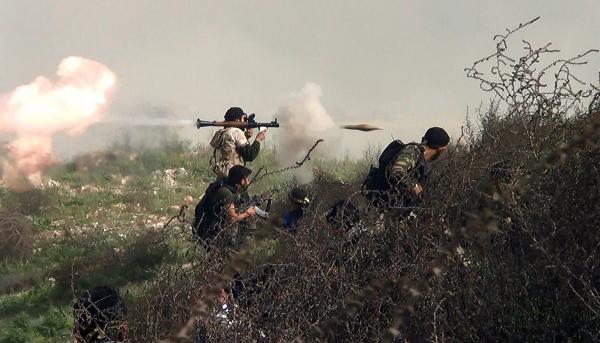 Syryjscy rebelianci podczas walk w okolicy Khanasser, prowincja Aleppo