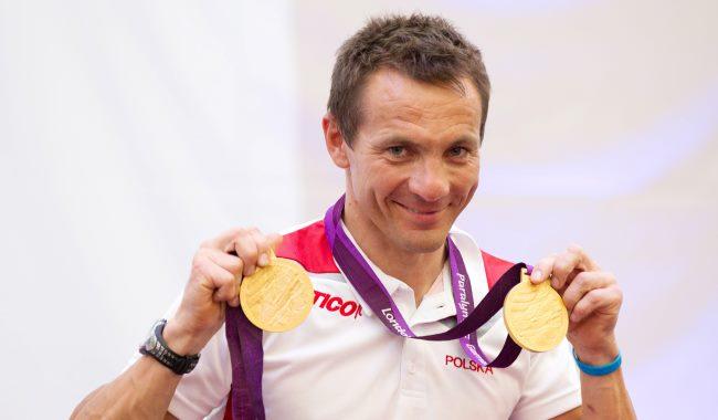 Rafał Wilk trzyma medale