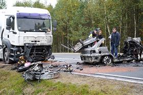 Tragedia po zderzeniu z ciężarówką. Spłonęli w aucie