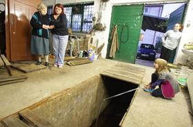 Szukali jej 5 godzin, a babcia wpadła do kanału