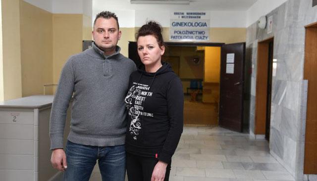 Prokuratura oskar�a: przez ni� zmar�y bli�niaki!