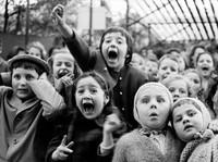 Na co patrz� te dzieci? Oto jedno z najbardziej rozczulaj�cych zdj�� w historii