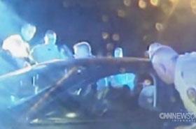 Policyjny pies wskoczył przez okno auta i zaatakował!