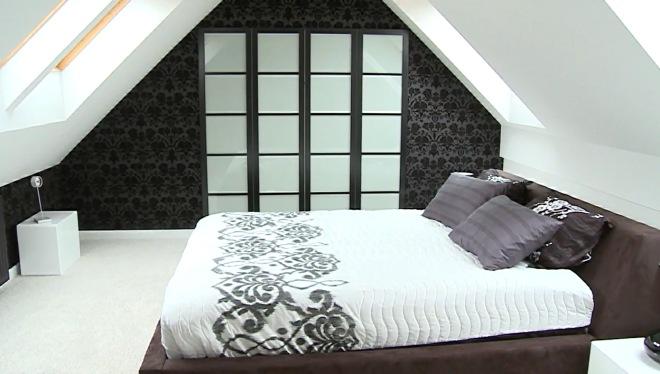 Aranżacja biało-czarnej sypialni glamour