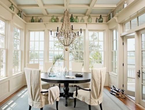 Efektowna dekoracja dużego okna w salonie. Jak wyeksponować duże okna?