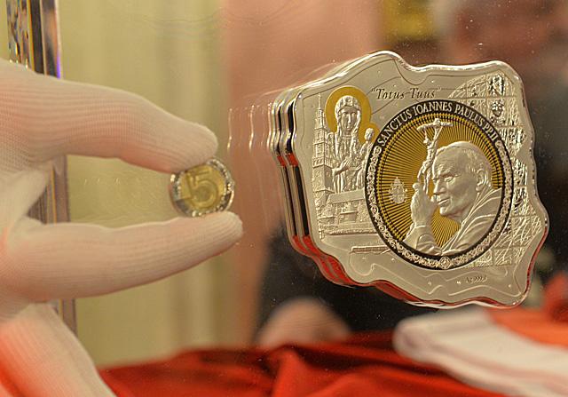 Moneta z wizerunkiem papieża Polaka i zegar kanonizacyjny