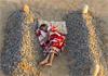 Chłopiec śpi pomiędzy grobami swoich rodziców