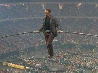 Balansował 30 metrów nad ziemią bez żadnych zabezpieczeń. Ten widok mrozi krew w żyłach